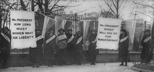 Women_suffragists_picketing_in_front_of_the_White_house_0